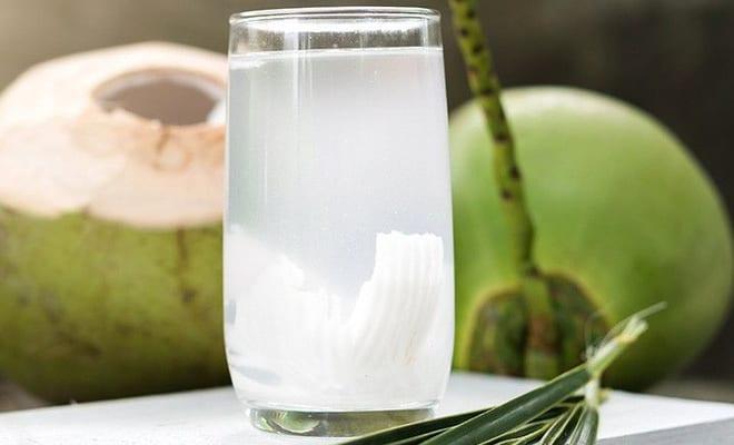 Uống thuốc với nước dừa được không?