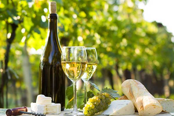Khi ăn hải sản nên thưởng thức cùng 1 chút rượu vang sẽ ngon và đậm đà hơn rất nhiều