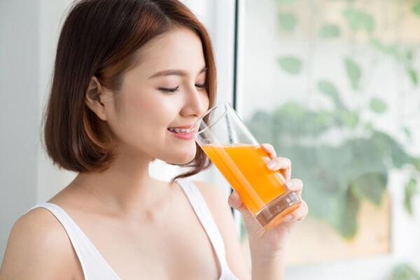 Có kinh uống nước cam được không