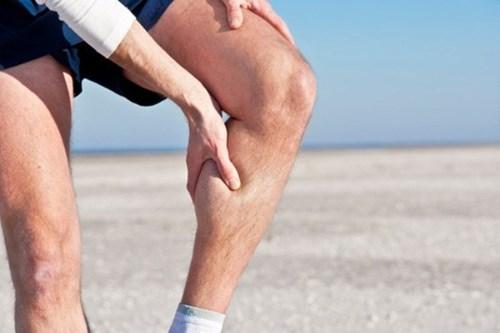 Bị đau bắp chân khi ngủ, đi bộ, đá bóng