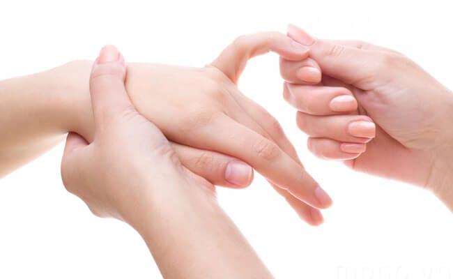 Triệu chứng kèm theo tê tay chân