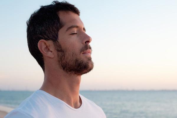 Hít thở sâu bị đau lưng là triệu chứng của bệnh gì?