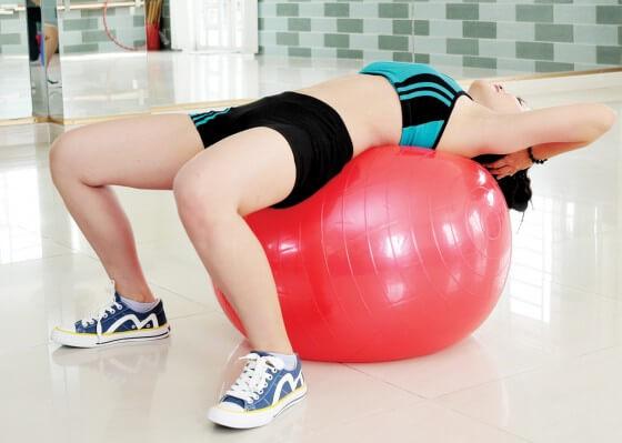 Bài tập Yoga chữa thoái hóa cột sống bằng trái bóng