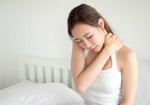 Ngủ dậy bị đau cổ không quay được