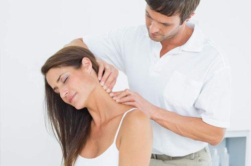 Trị đau cổ bằng cách massage, xoa bóp