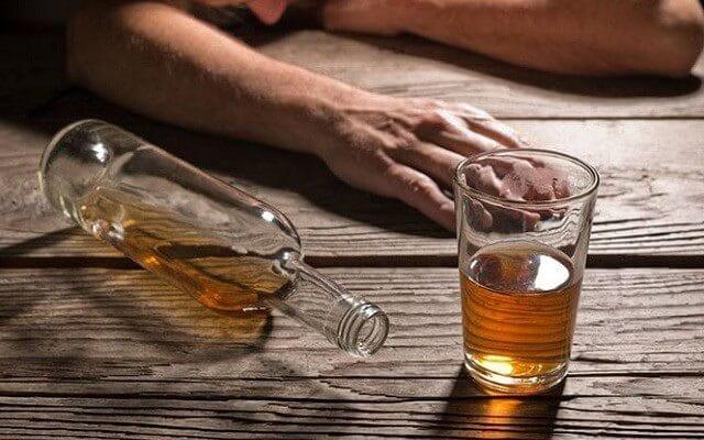 Uống rượu bị đau lưng do đâu?