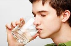 Người bệnh thận yếu có nên uống nhiều nước không?